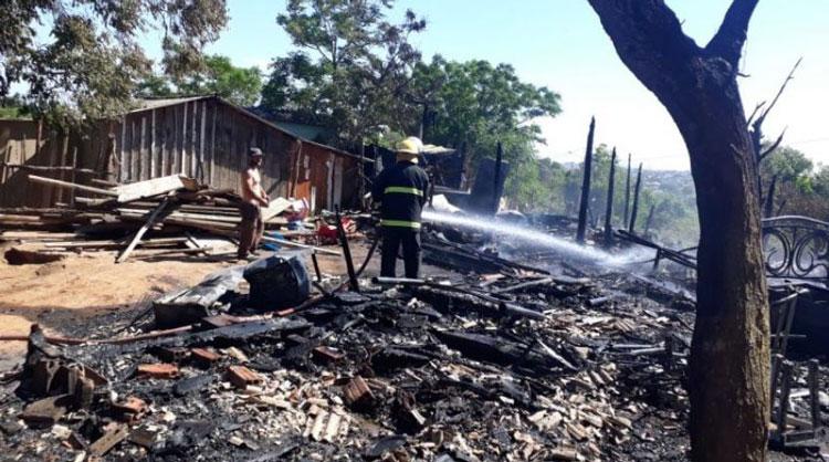 Três famílias perdem as casas em incêndio, em Camaquã