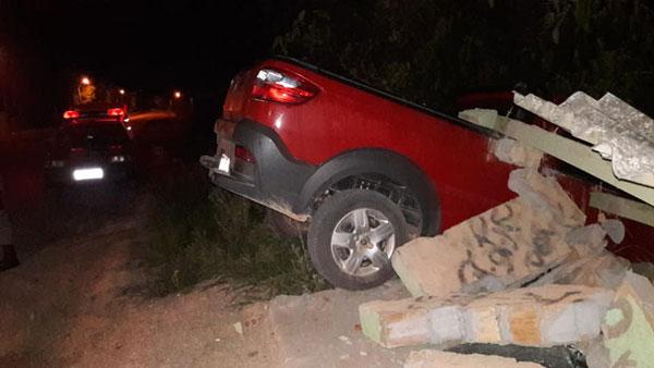 Motorista perde controle de veículo e colide contra parada de ônibus