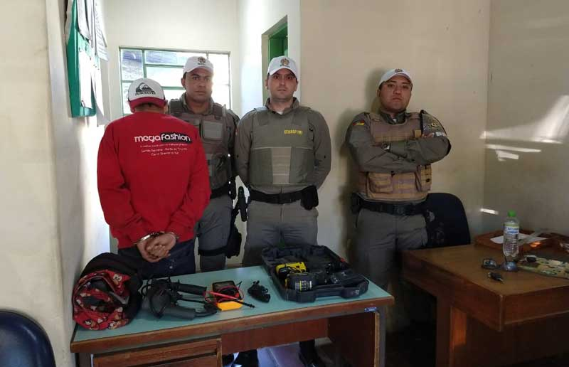 Ladrão foi preso dentro da casa da vítima em Sertão Santana