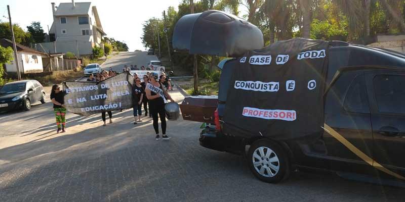 """Vídeo: Professores protestam com """"atos fúnebres"""" pela Educação em Cerro Grande do Sul"""