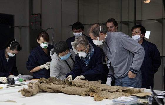 German and Chinese scientists investigating. Photograph by German Archeological Institute,