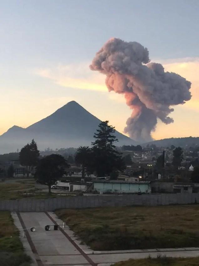 Volcán Santiaguito visto desde Quetzaltenango hoy 20-1-16