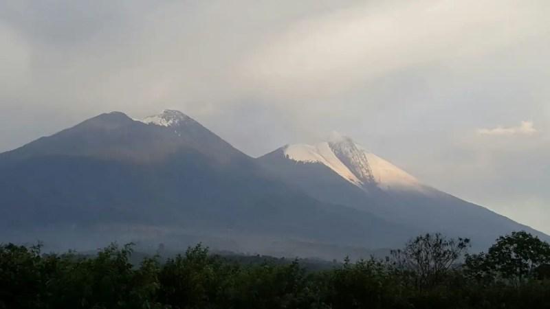 Acatenango y Fuego con granizo luego de fuerte tormenta. Foto: INSIVUMEH