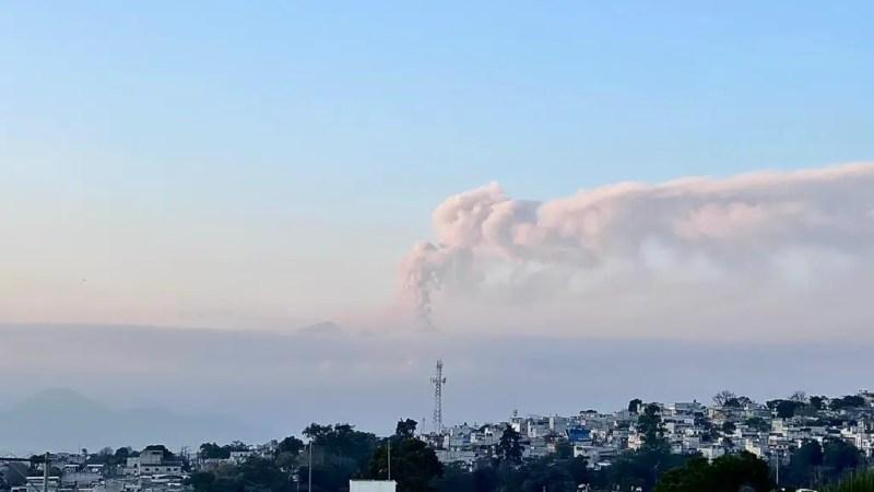 Pluma de la actividad del Volcán de Pacaya vista desde la ciudad de Guatemala