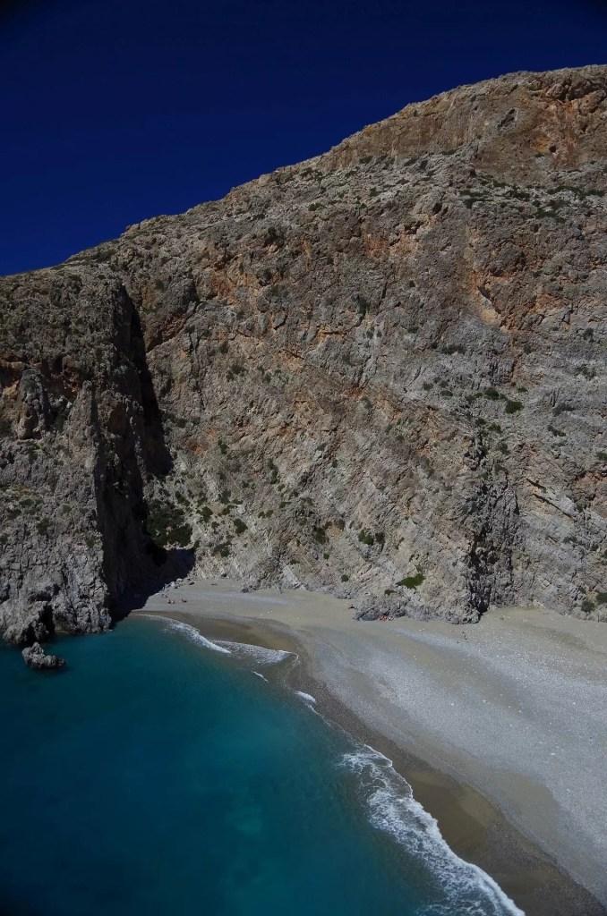 widok z klifu na plażę w Agiofaragio