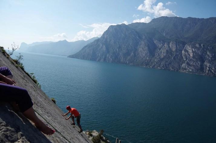 Malowniczy krajobraz jeziora Garda z rejonu wspinaczkowego Corno di Bo