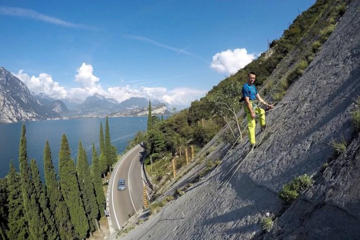 Darek na drodze w rejonie wspinaczkowym Corno di Bo nad jeziorem Garda