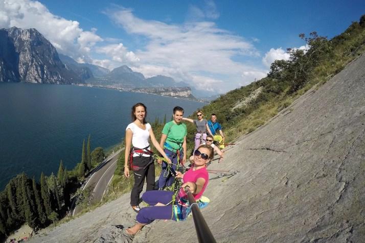 Ekipa wyjazdu wspinaczkowego na drodze w rejonie wspinaczkowym Corno di Bo nad jeziorem Garda