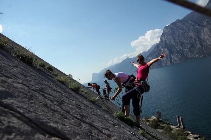 Pola na drodze wspinaczkowej w rejonie Corno di Bo nad jeziorem garda