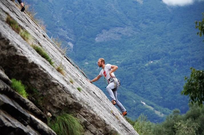 Mattias na drodze wspinaczkowej w rejonie Placche di Baone w Arco
