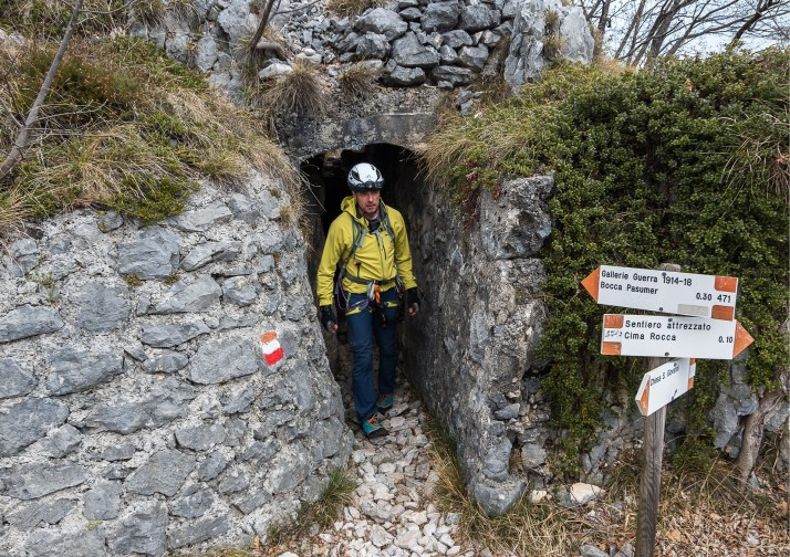 Wyjście z tunelu Gallerie di Guerra, droga na Cimę Rocca
