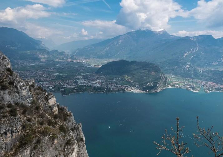 Z Cimy Rocca rozpościerają się fantastyczne widoki na jezioro Garda i okolicę.