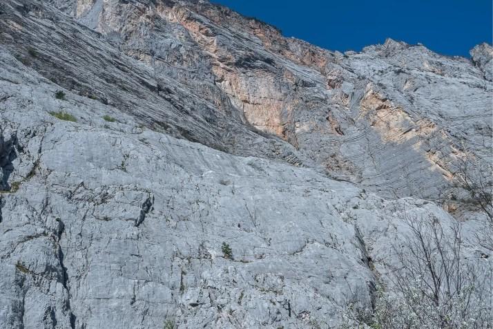 Potężna ściana Monte Casale i samotny wspinacz na ferracie Che Guevara