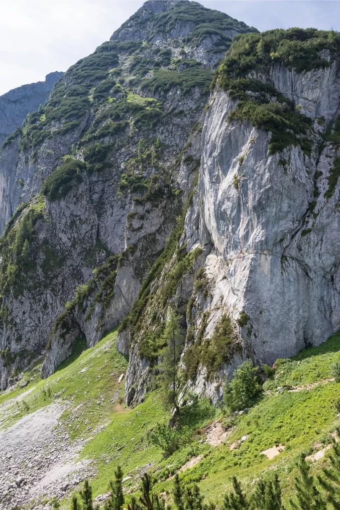 Widok na start ferraty Intersport Klettersteig z drogi podejściowej, po prawej kant wyjściowy