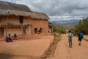 Sur la piste du Tsaranoro, Étape 1 - Sendrisoa à Ambalamanandray, Vallée de Namoly, Madagascar 10