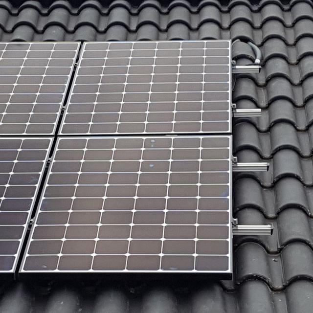 Panneaux Photovoltaïques installés sur un toit de tuile