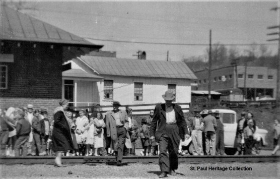 03-30-59 N&W passenger train - crowd