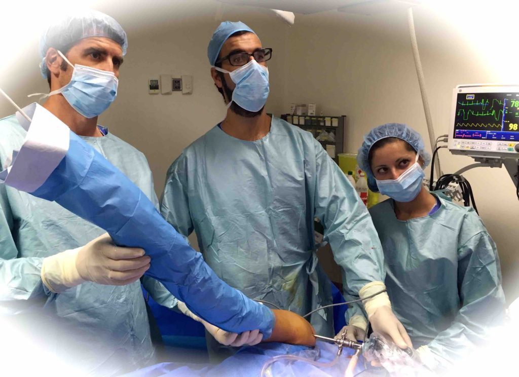 equipo-operando-atrtroscopia-hombro