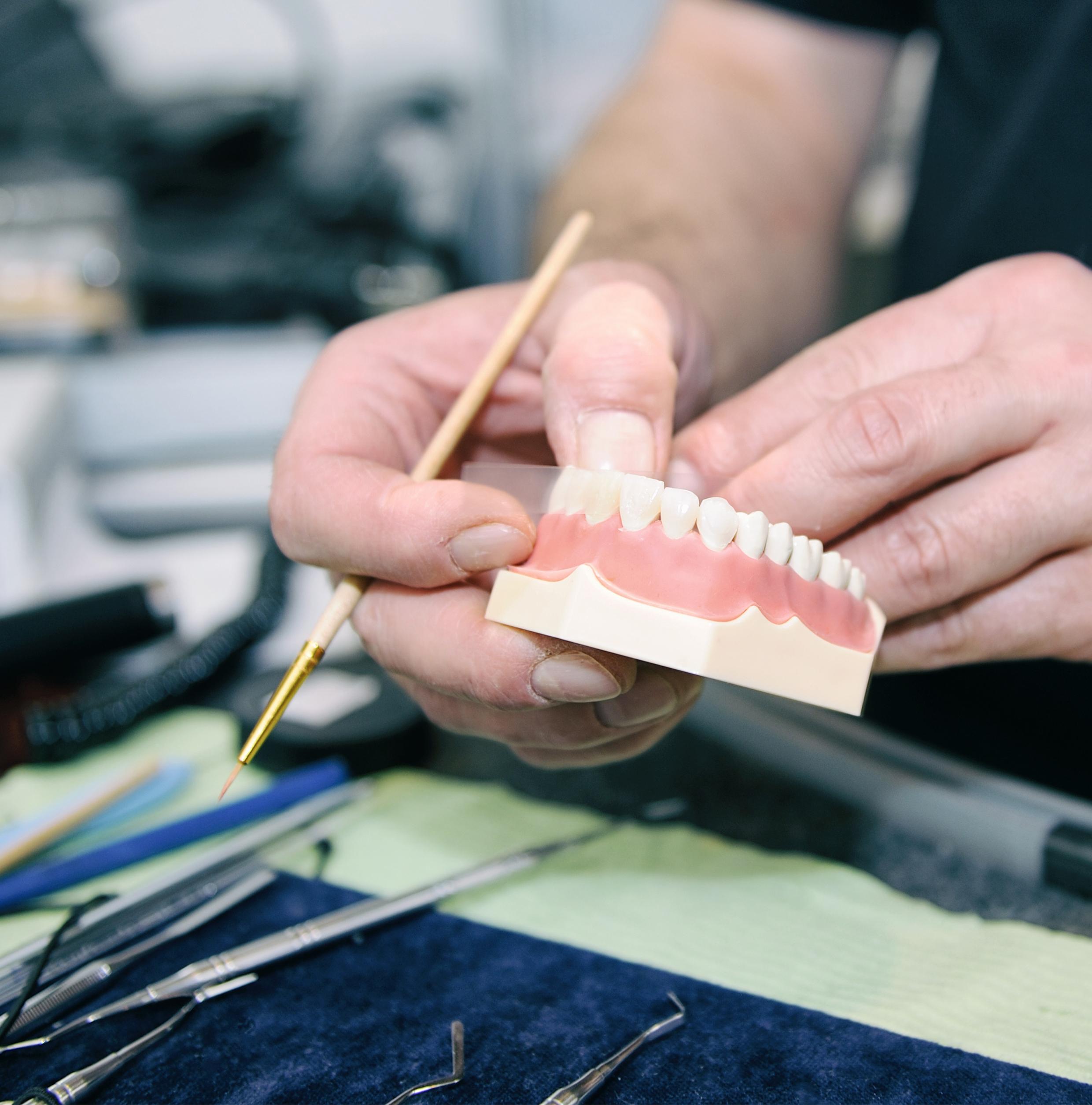 El curso de prótesis completa (a) está dirigido tanto a dentistas como a técnicos dentales. Presentación en Power Point con vídeos. Aclaración de preguntas formuladas al final de la presentación.