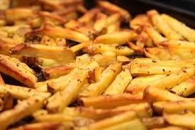 Las patatas fritas elaboradas con aceite de oliva virgen son un complemento apto en cualquier dieta hipocalorica siempre y cuando esta este balanceada.