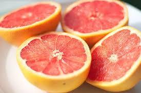 Este cítrico es rico en nutrientes y vitaminas y forma parte de las dietas de adelgazamiento por su poder diurético. También es beneficioso en casos de diabetes y puede reducir algunos efectos adversos de determinada medicación oncológica.