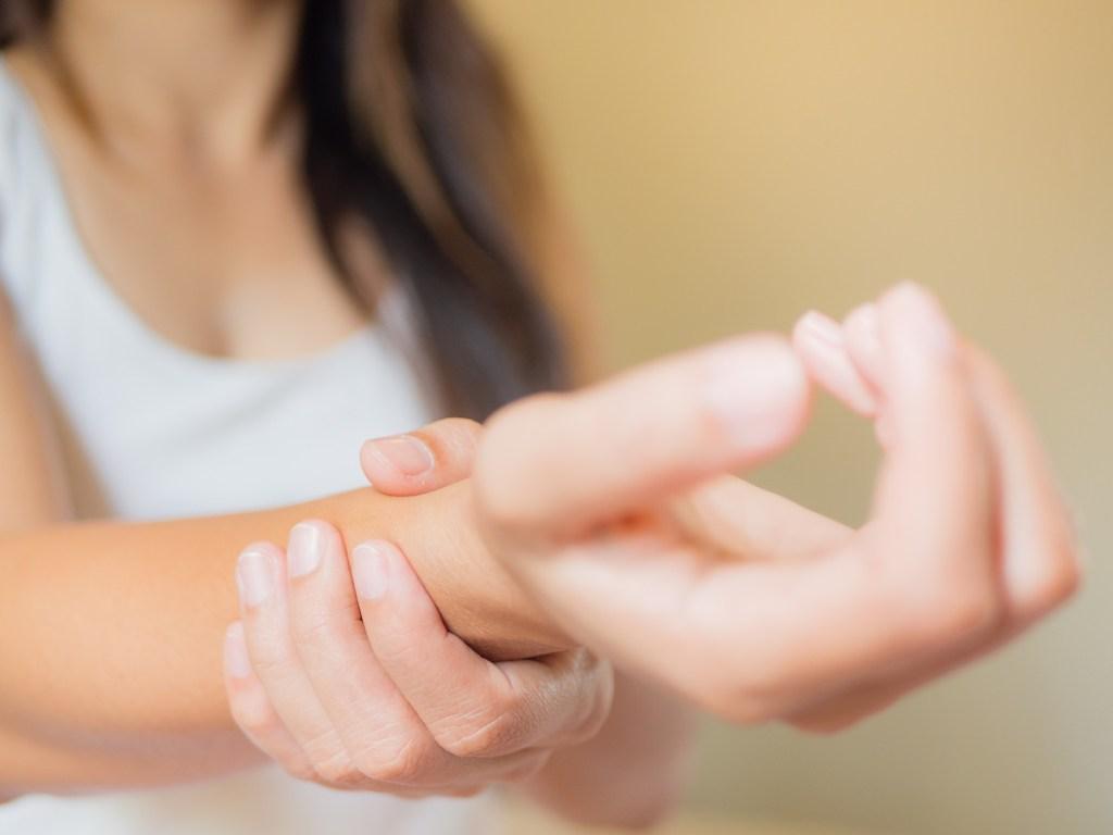 A dor na mão ou no punho, embora temporariamente limitadora, é um sintoma de diversas causas que têm tratamento. Este será mais eficaz quanto mais cedo for diagnosticado. Apresentamos-lhe as 5 causas de dor da mão mais comuns.