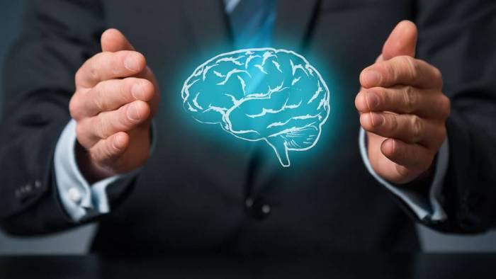imagen cerebro entre manos