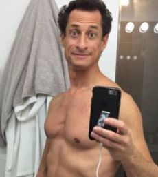Anthony Weiner takes a selfie from his image in a mirror. (Credit: Daily Mail)
