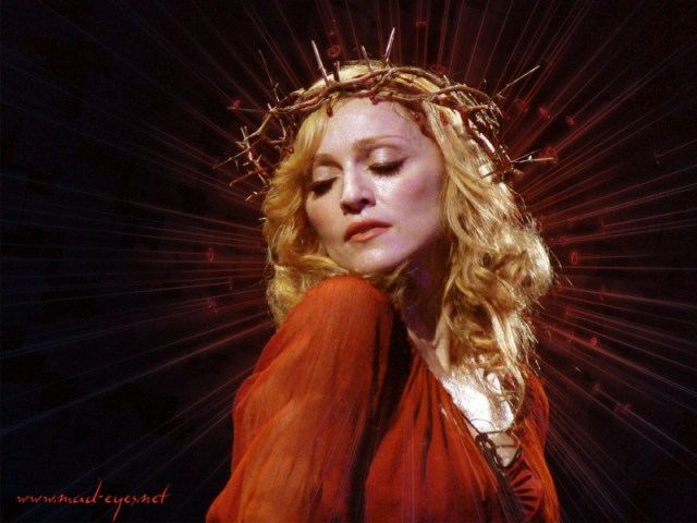 cliomakeup-star-over-40-beauty-follie-madonna-crocifisso-2