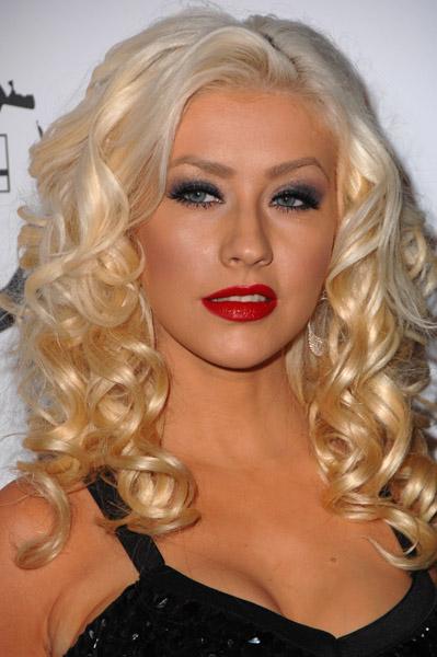 Christina Aguilera: capelli biondo platino, smokey grigio e rossetto rosso. Non sta MALE, ma non è proprio il massimo della finezza!