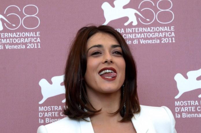 Valentina Lodovini incarna alla perfezione il prototipo della donna mediterranea: carnagione olivastra, occhiaie marcate, forme burrose e fascino da vendere