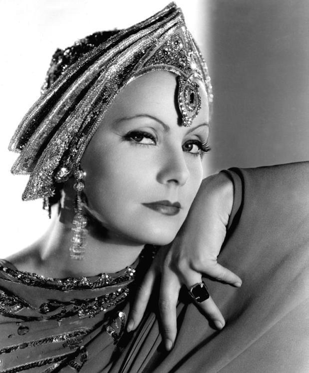 eccola nelle vesti di una splendida Mata Hari!