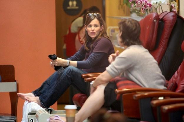 Jennifer Garner con un look decisamente rilassato mentre fa la pedicure