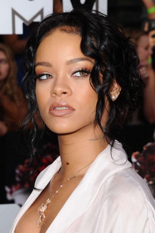 Rihanna-Hot-Photos-at-2014-MTV-Movie-Awards--02