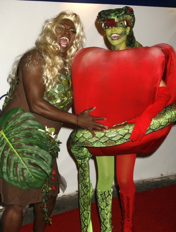 Heidi e l'ex marito Seal hanno ricreato il peccato originale, con Eva che mangia la mela, tentata dal serpente