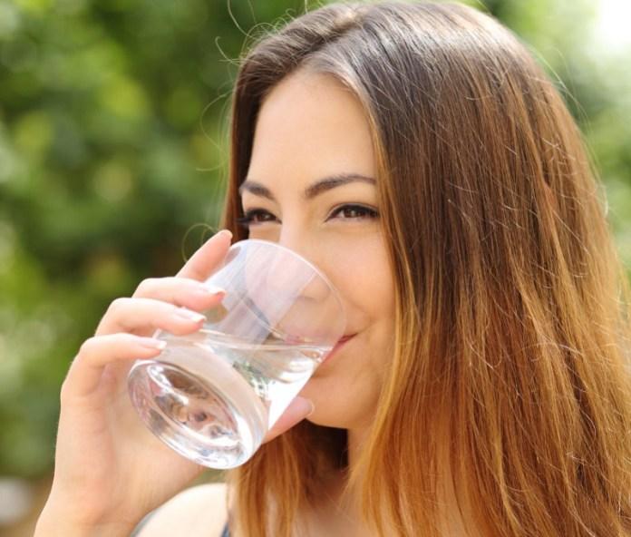 cliomakeup-cistite-prevenire-curare-10-drink-water.jpg