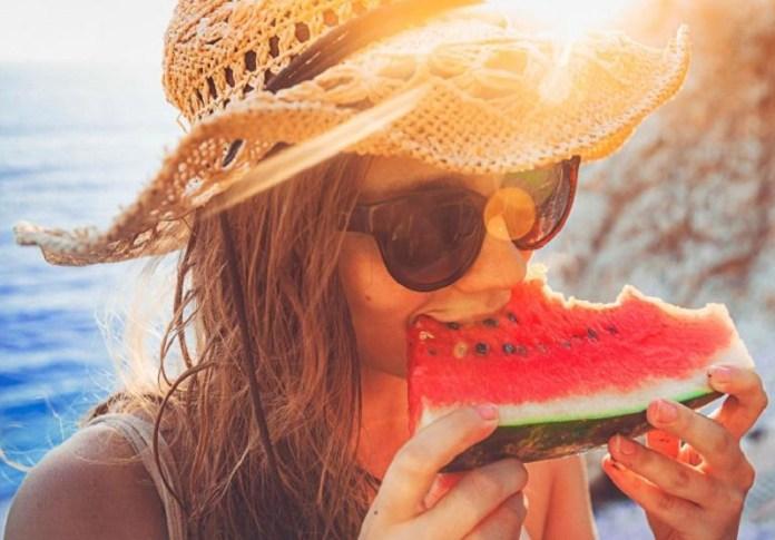 cliomakeup-dieta-vacanza-12-mangiare-anguria-spiaggia