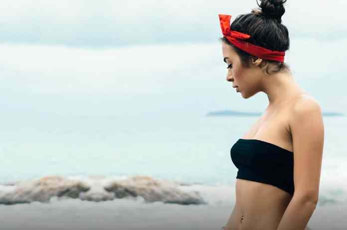 Cliomakeup-capelli-perfetti-in-spiaggia-1-bandana-rossa