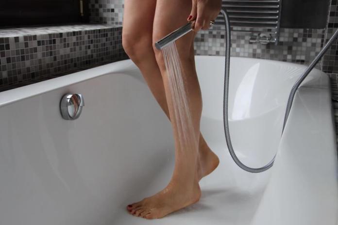 Cliomakeup-gambe-gonfie-estate-13-doccia-gambe