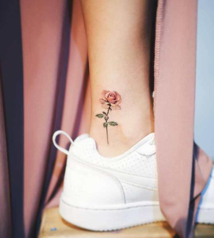 Cliomakeup-tatuaggi-protezione-solare-2-tatuaggio-rosa-caviglia