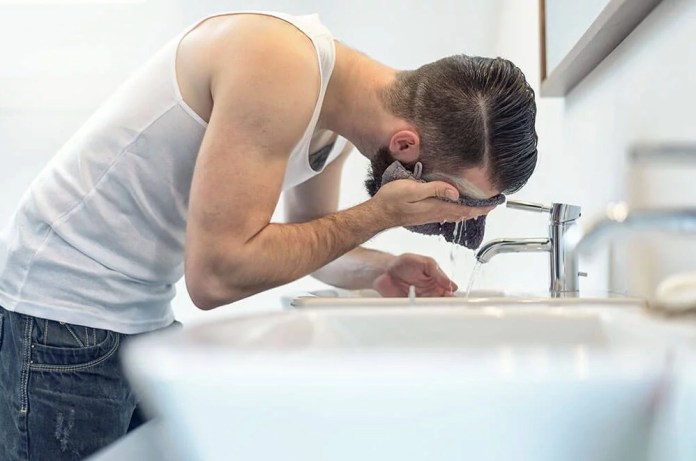 Cliomakeup-curare-barba-uomo-6-risciacquo