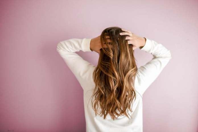 cliomakeup-cura-capelli-lunghi-autunno-6-spazzolare