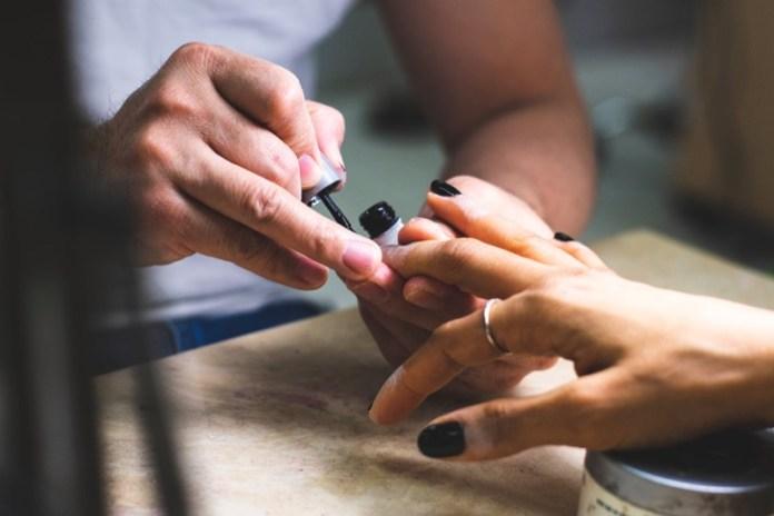 cliomakeup-unghie-bianco-nero-4-applicazione