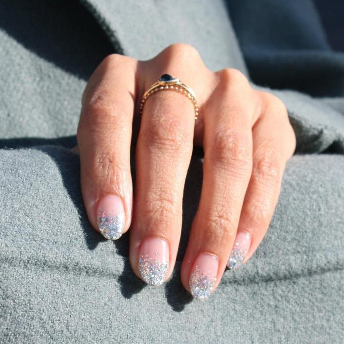 Cliomakeup-unghie-natalizie-12-glitter-argento