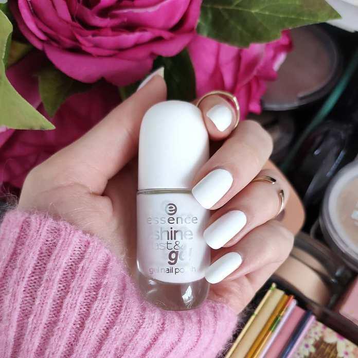 Cliomakeup-unghie-white-winter-nails-5-smalto-essence