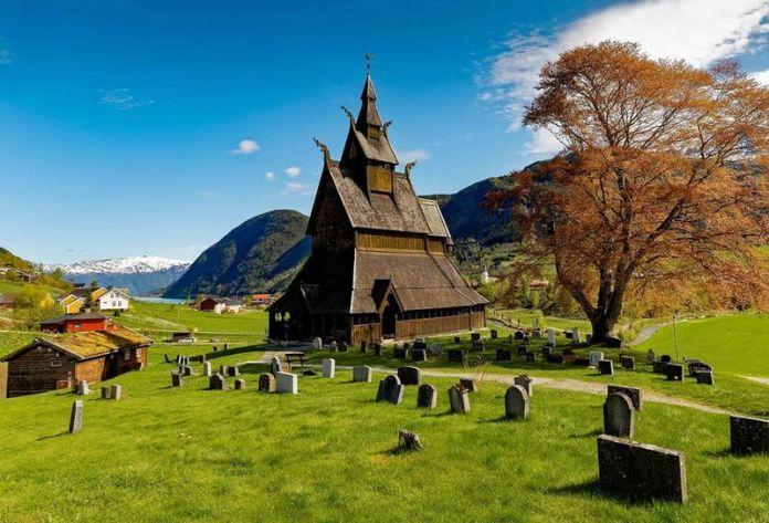 fiordi norvegesi: la chiesa in legno più antica della norvegia