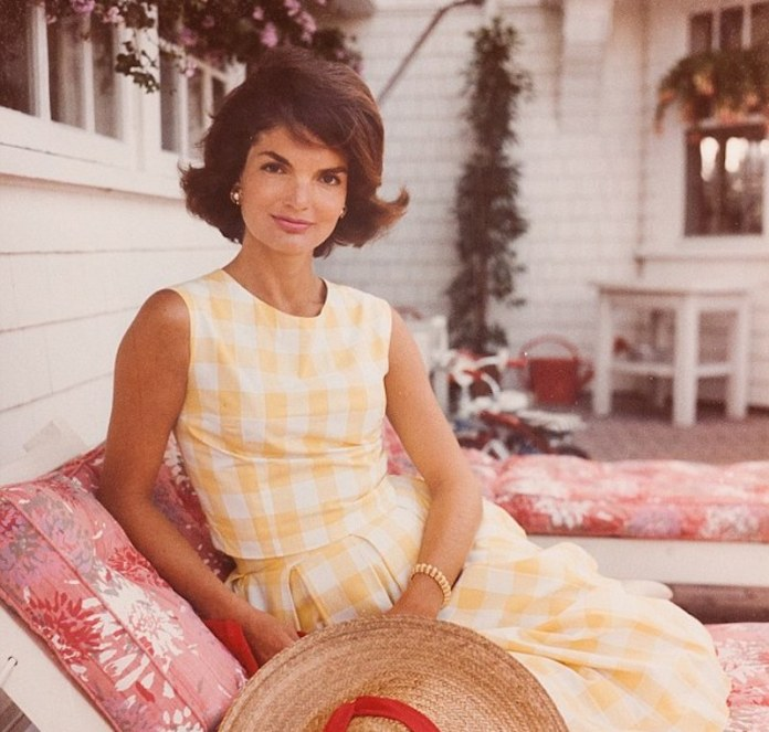 cliomakeup-flipped-ends-capelli-2-jackie-kennedy