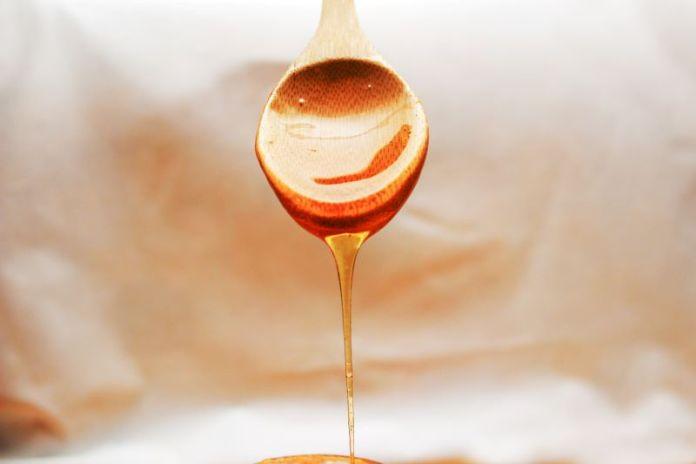 Cliomakeup-miele-zucchero-di-canna-e-zucchero-bianco-8-cucchiaio-legno
