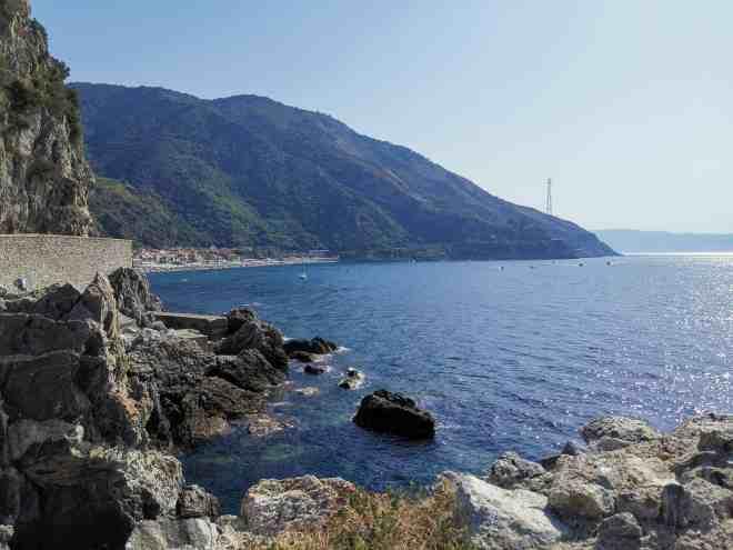 scorcio della spiaggia con vista sullo stretto di Sicilia (Scilla)