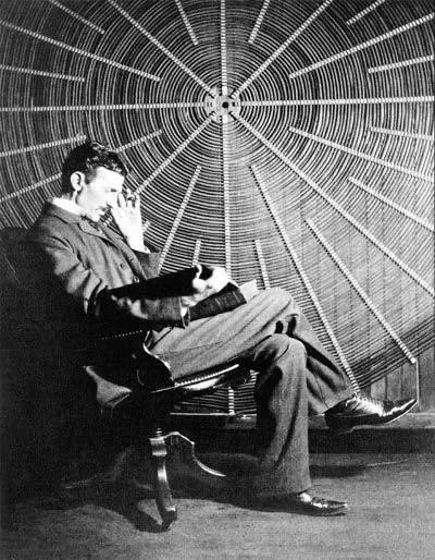 Nikola_Tesla_leyendo_frente_bobina